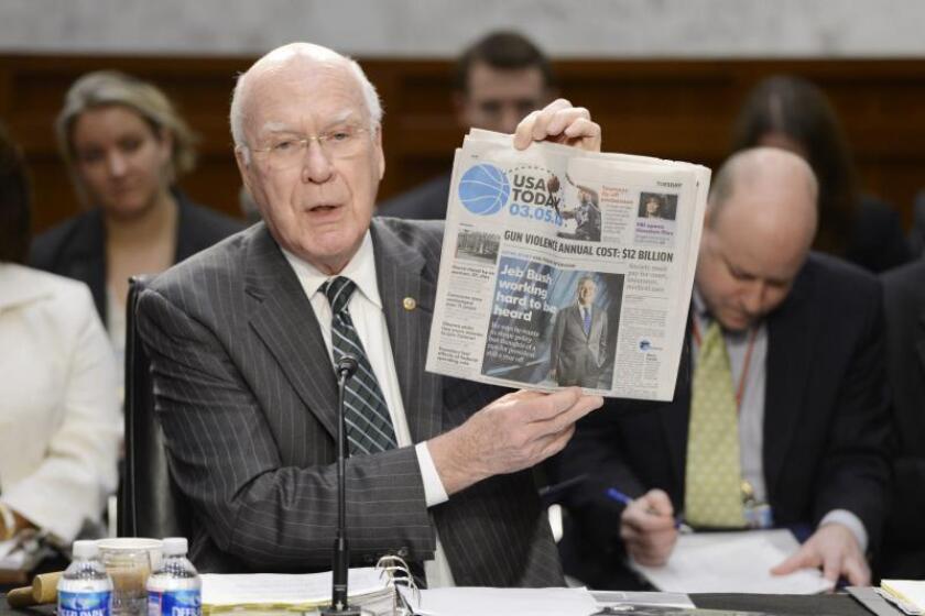 """El senador Patrick Leahy sujeta un ejemplar del """"USA Today"""", en cuya primera página se habla sobre un nuevo episodio de violencia con armas, durante una sesión del senado sobre el control de armas y la seguridad escolar, en el Capitolio de Washington, EE.UU., el jueves 7 marzo de 2013. EFE/Archivo"""