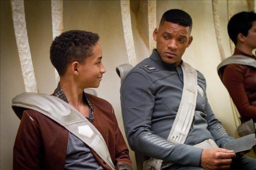 """Fotograma en donde aparece el actor Will Smith y su hijo Jaden Smith durante una escena de la película """"After Earth"""". EFE/Frank Masi/Columbia Pictures/Sony"""