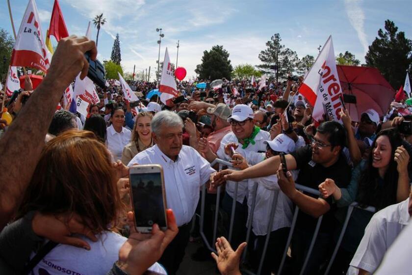 El candidato izquierdista a la presidencia de México Andrés Manuel López Obrador (c) saluda a seguidores hoy, domingo 1 de abril de 2018, durante el inicio formal de su campaña rumbo a las elecciones presidenciales 2018 en Ciudad Juárez, Chihuahua (México). EFE
