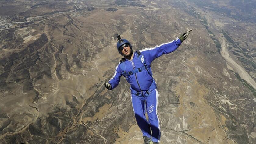 Fotografía del paracaidista Luke Aikins antes de saltar de un helicóptero sobre Simi Valley, California, después de meses de entrenamiento para tratar de aterrizar sin paracaídas. (AP Foto/Jae C. Hong)
