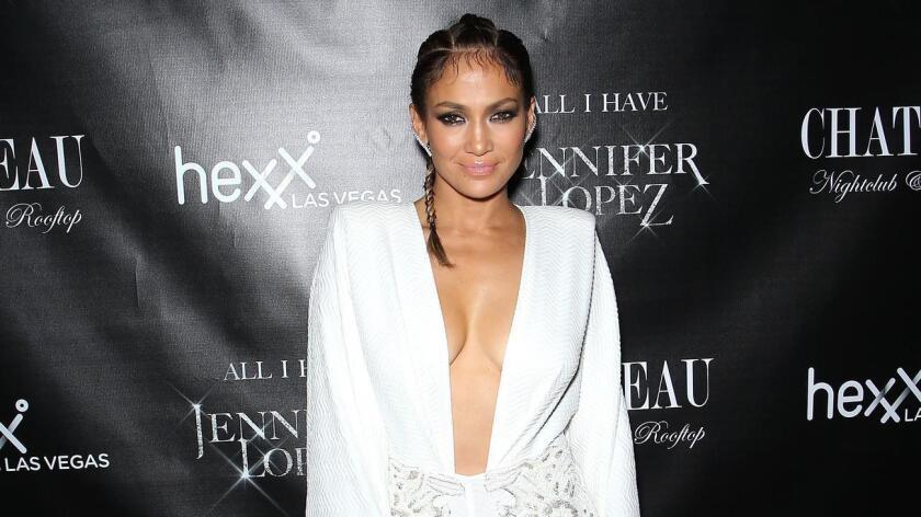 Jennifer López reemplaza así a otro cantante hispano, el rapero de origen cubano Pitbull, que presentó la gala de entrega de los AMA en sus últimas dos ediciones.