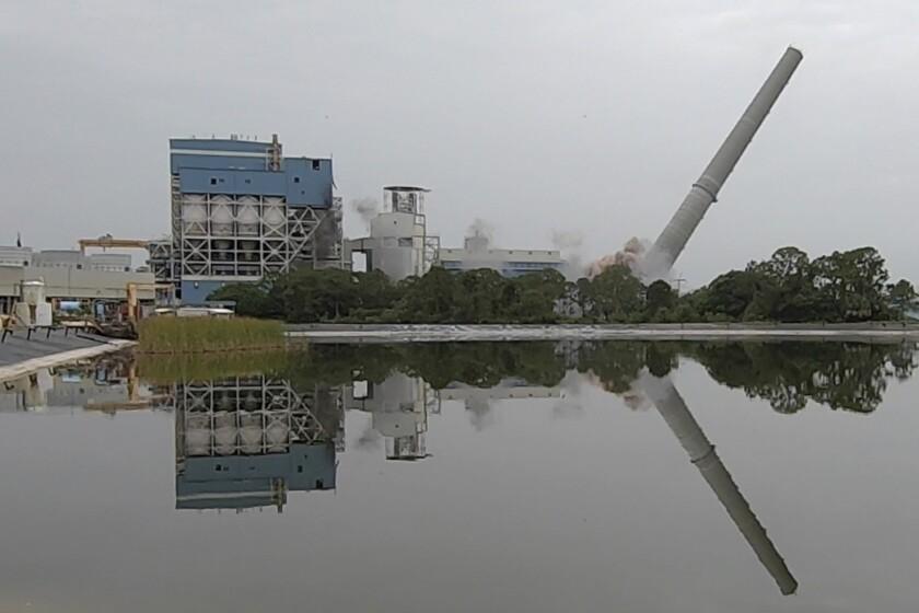 En esta imagen tomada de un video, Florida Power & Light implosiona la chimenea de su última planta eléctrica alimentada con carbón, el miércoles, 16 de junio del 2021. (AP Foto/Cody Jackson)