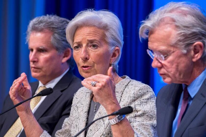 """La directora gerente del Fondo Monetario Internacional (FMI), Christine Lagarde, junto al """"número dos"""" de la institución, estadounidense David Lipton (i), y al portavoz del FMI, Gerry Rice, durante una rueda de prensa en la sede del FMI en Washington, Estados Unidos: EFE/Archivo"""