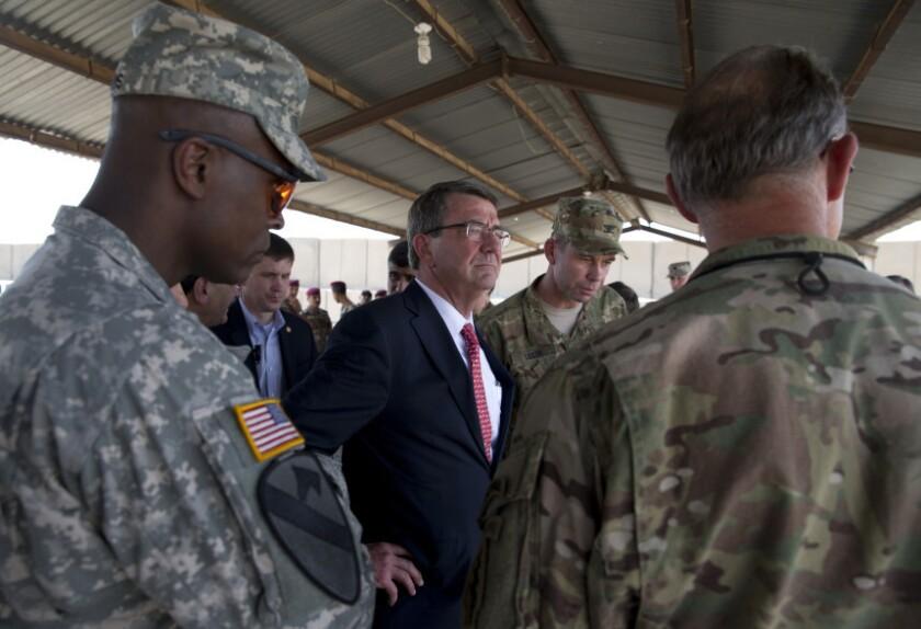 El secretario de Defensa de Estados Unidos, Ash Carter (centro), junto a altos mandos militares estadounidenses mientras observan a soldados del Servicio Antiterrorista de Irak en maniobras en la academia del cuerpo, en el aeropuerto de Bagdad, el 23 de julio de 2015.