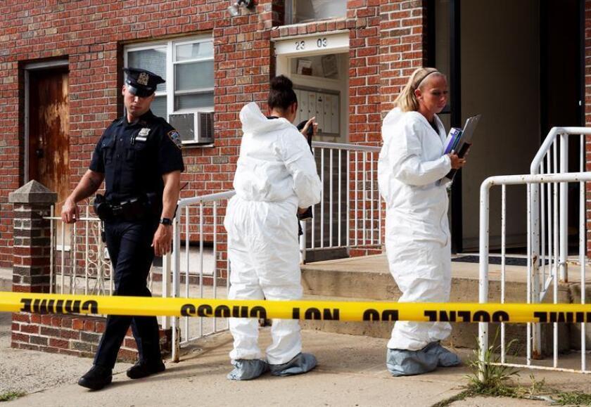 Oficiales de policía de la división de criminalística trabajan frente a un edificio el martes 31 de julio de 2018, donde cuatro personas fueron encontradas sin vida, en Nueva York (EE.UU.). EFE/Archivo