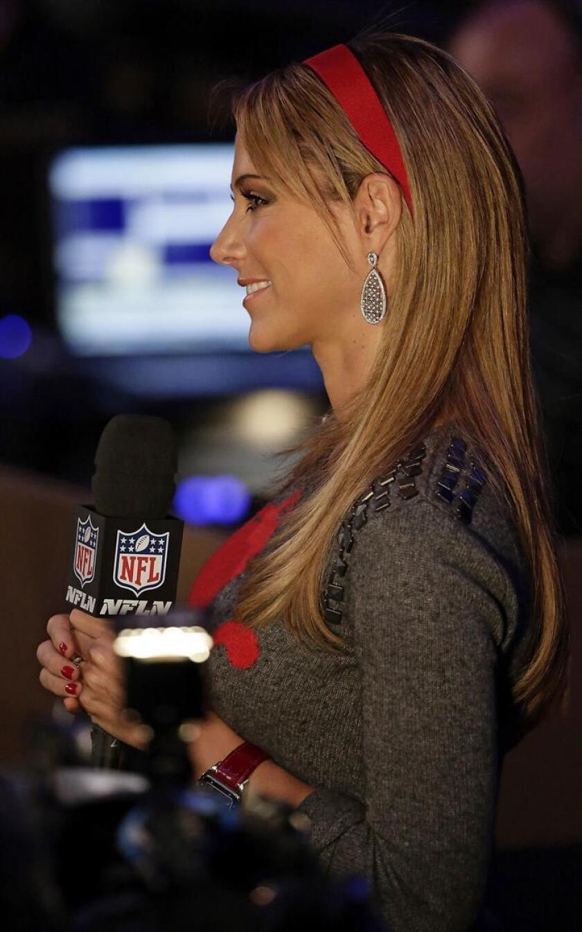 La periodista mexicana Ines Sainz sonríe luego de hacerle una pregunta al cantante estadounidense Bruno Mars, el jueves 30 de enero de 2014, durante una rueda de prensa del XLVII Super Bowl en Nueva York (EEUU). EFE/Archivo