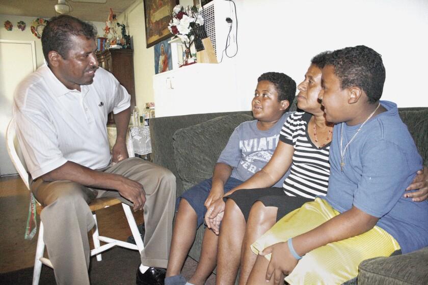 Una familia mexicana de origen africano posa frente a la cámara en su hogar de Pasadena, California.
