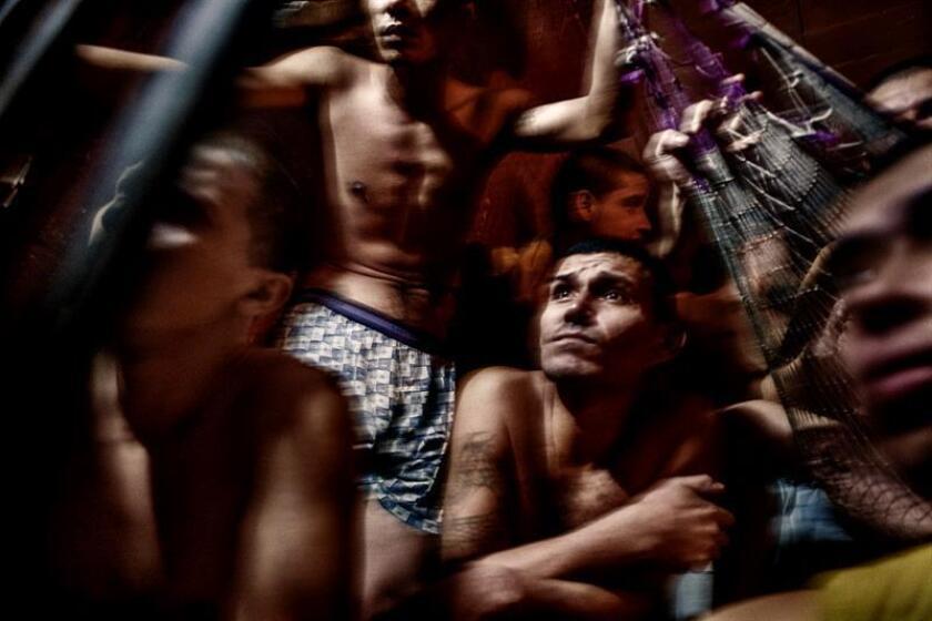 """El Estado salvadoreño, """"de facto, negocia con las pandillas todos los días"""", dijo el periodista Óscar Martínez, ganador del Premio Internacional a la Libertad de Prensa y quien se pregunta si el conflicto armado en su país (1979-1992) fue más violento que """"la paz"""" que le siguió."""