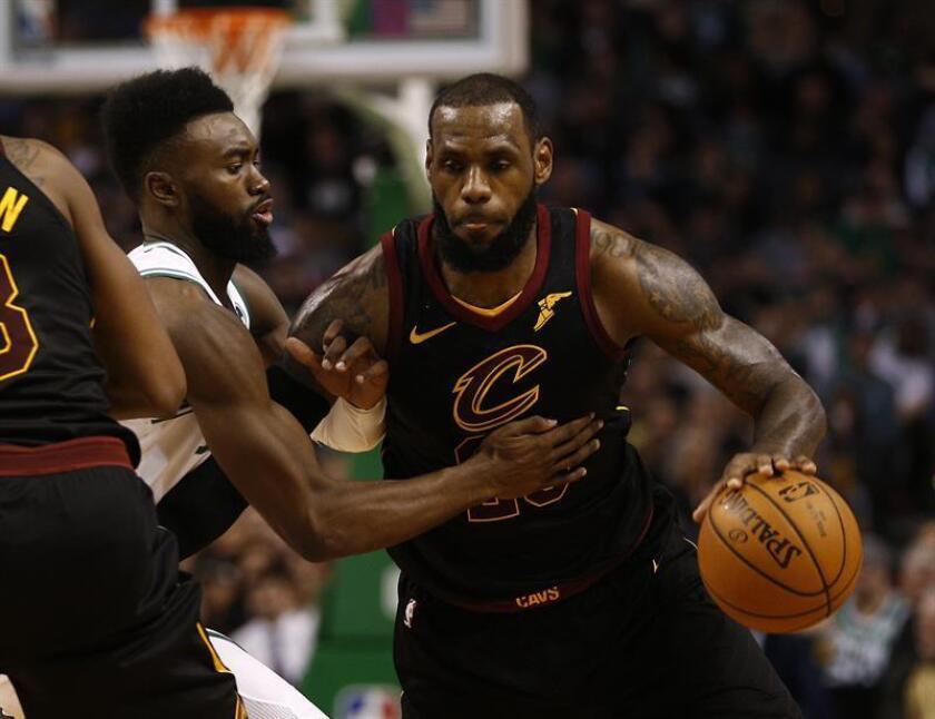 El la imagen el jugador LeBron James (d) de Cleveland Cavaliers. EFE/Archivo