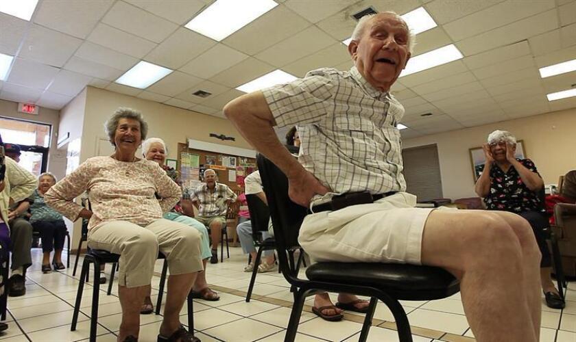 Fotografía de varios adultos mayores durante una clase de yoga. EFE/Archivo