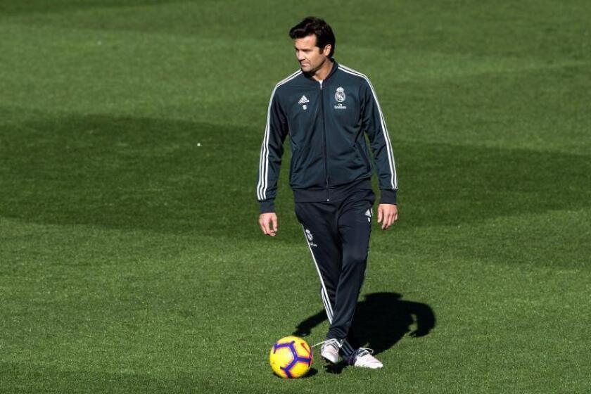 El entrenador argentino del Real Madrid, Santiago Solari, durante el entrenamiento del equipo blanco en la Ciudad deportiva Del Real Madrid de Valdebebas en Madrid. EFE