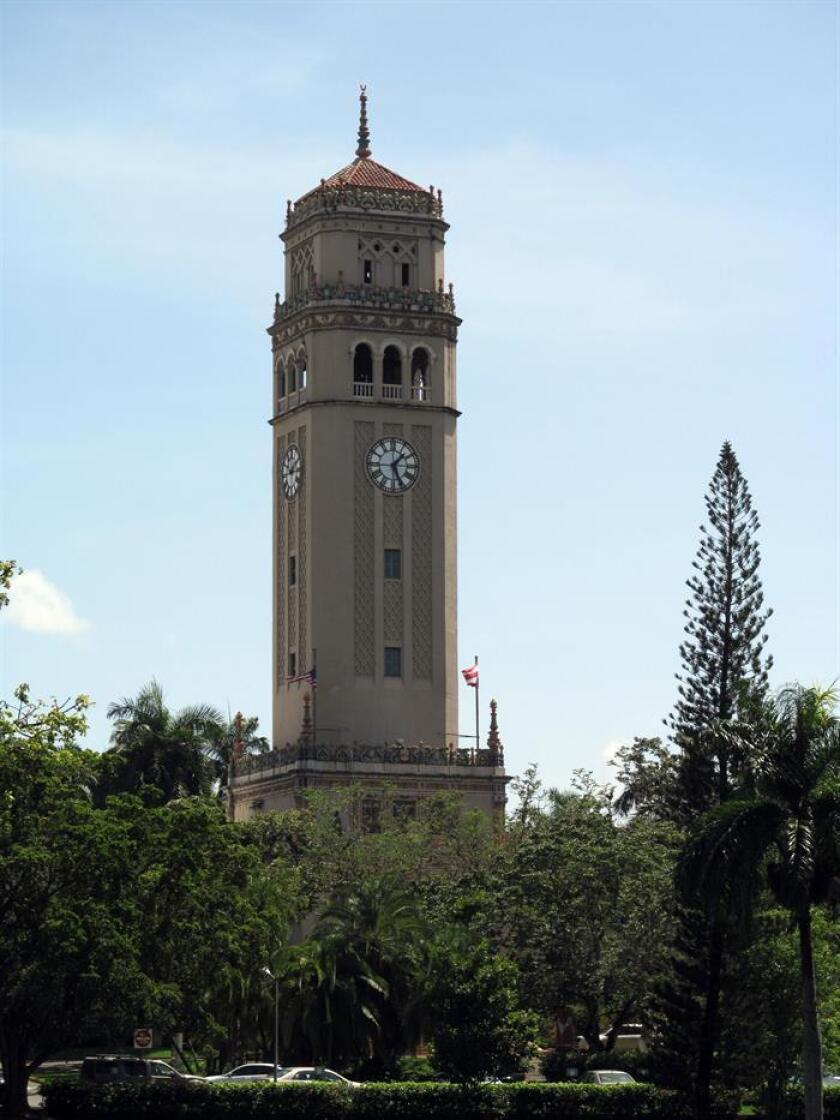 Fotografía en donde aparece aparece la emblemática torre del campus de San Juan de la Universidad de Puerto Rico.