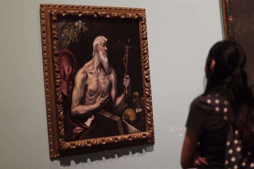 """Una visitante observa la pintura """"La Piedad"""" del español Doménico Theotocópoulos, mejor conocido como El Greco hoy, jueves 28 de junio de 2018, en la exposición """"Tesoros de la Hispanic Society of America"""" en el Museo del Palacio de Bellas Artes en Ciudad de México (México). EFE"""