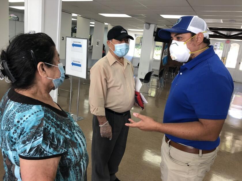 En esta imagen aparece Tekandi Paniagua, cónsul general de Guatemala en Los Ángeles.