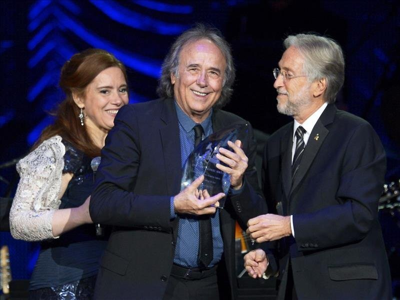 Spanish singer Joan Manuel Serrat (center) receiving the Person of the Year award at the 2014 Latin Grammys in the hands of its president, Neil Portnow, and the host of the ceremony in his honor, Laura Tesoriero (left) in Las Vegas (USA) on November 19, 2014. EFE / EPA / Paul Buck