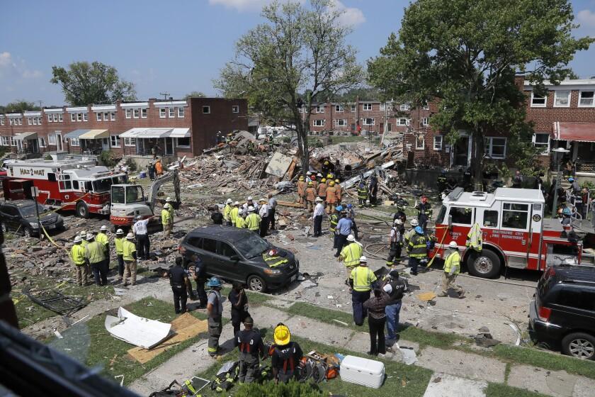 Rescatistas trabajan cerca de los escombros tras una explosión en Baltimore, el lunes 10 de agosto de 2020. (AP Foto/Julio Cortez)