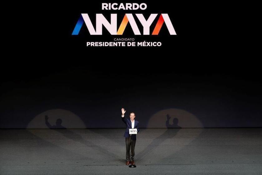 El líder de la coalición opositora Por México al Frente, Ricardo Anaya, presentó hoy su solicitud de registro como candidato en las próximas elecciones presidenciales y acusó al mandatario del país, Enrique Peña Nieto, de dirigir los ataques que le involucran en un caso de lavado de dinero. EFE/ARCHIVO
