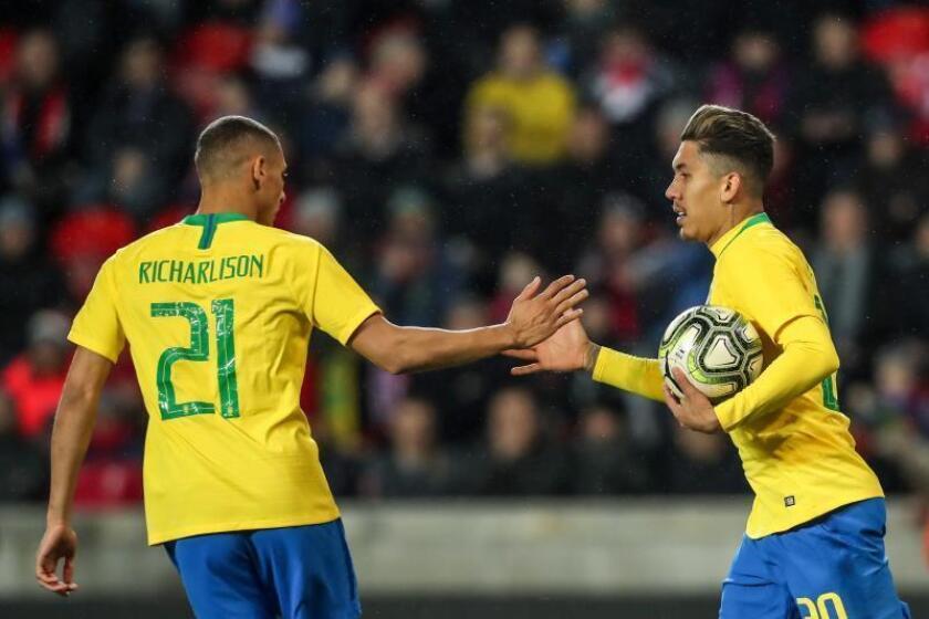 Roberto Firmino (d) de Brasil celebra su gol con Richarlison (i) este martes, durante un partido de fútbol internacional amistoso entre República Checa y Brasil, en Praga (República Checa). EFE
