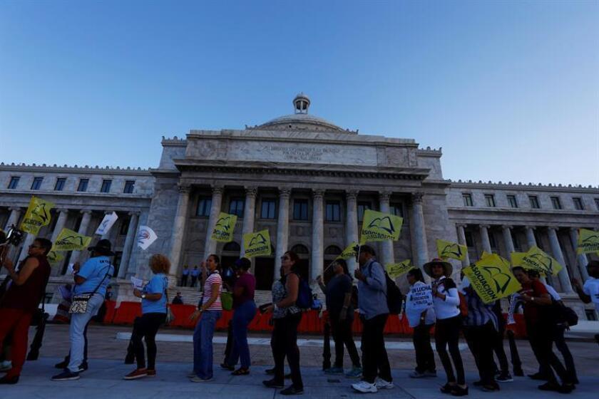 """La Federación de Maestros de Puerto Rico (FMPR) hizo hoy un llamamiento para """"intensificar la lucha de las comunidades escolares para que se abran los planteles"""" y defendió la actividad de desobediencia civil efectuada este martes en las oficinas de la Secretaria de Educación Julia Keleher como """"actos necesarios para derrotar la insensibilidad de la funcionaria"""". EFE/ARCHIVO"""