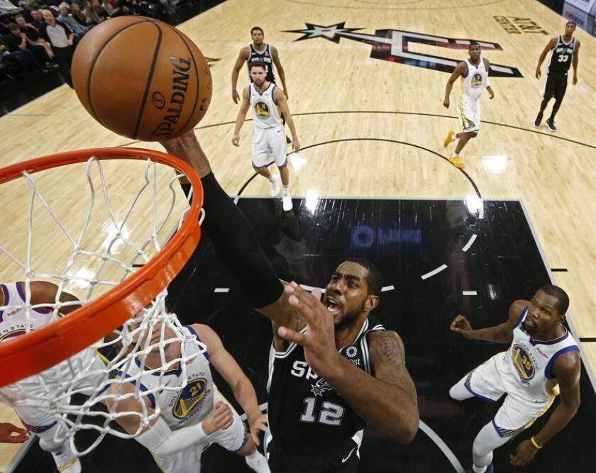 El jugador LaMarcus Aldridge de los Spurs de San Antonio en acción durante el partido de la NBA entre los Spurs de San Antonio y los Warriors de Golden State en el AT&T Center en San Antonio, Texas (EE.UU.), hoy, 18 de noviembre de 2018. EFE