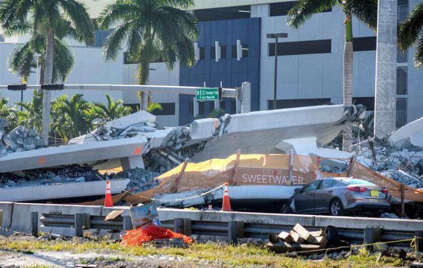 Vista del puente peatonal derrumbado en Universidad Internacional de Florida (FIU), en Miami, Estados Unidos, hoy, 16 de marzo de 2018. EFE