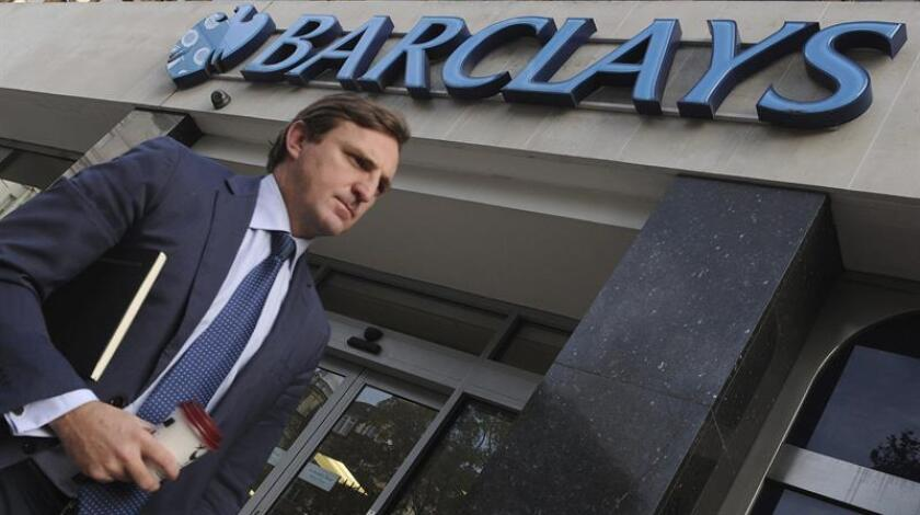 Un peatón camina junto a una sucursal de Barclays. EFE/Archivo