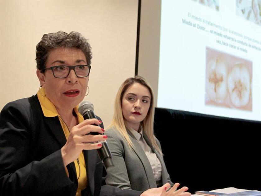 La coordinadora de Investigación de la Facultad de Odontología de la Universidad Tecnológica de México (UNITEC), la doctora Rosa María Díaz Romero (i), habla junto a la doctora Andrea Almaguer (d) hoy, miércoles 1 de agosto de 2018, durante una rueda de prensa en Ciudad de México (México). EFE