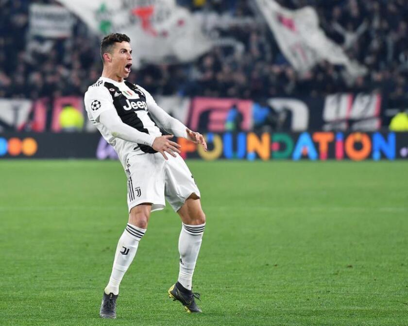 Cristiano Ronaldo de Juventus celebra la victoria y clasificación de su equipo al final del partido de vuelta por los octavos de final de la Liga de Campeones de la UEFA entre Juventus FC y Club Atlético Madrid este martes, en el estadio Allianz, en Turín (Italia). EFE