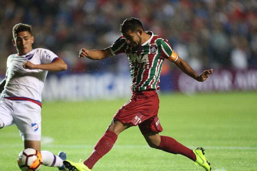 Fotografía tomada el pasado 31 de octubre en la que se registró al centrocampista ecuatoriano Junior Sornoza (d), al actuar pare el club Fluminense y quien es un nuevo refuerzo del también brasileño Corinthians. EFE/Archivo