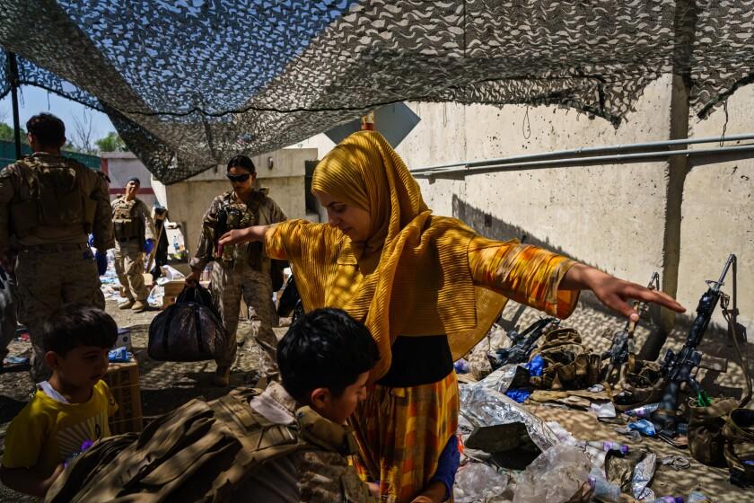 یک زن افغان در فرودگاه مورد بازرسی قرار گرفت