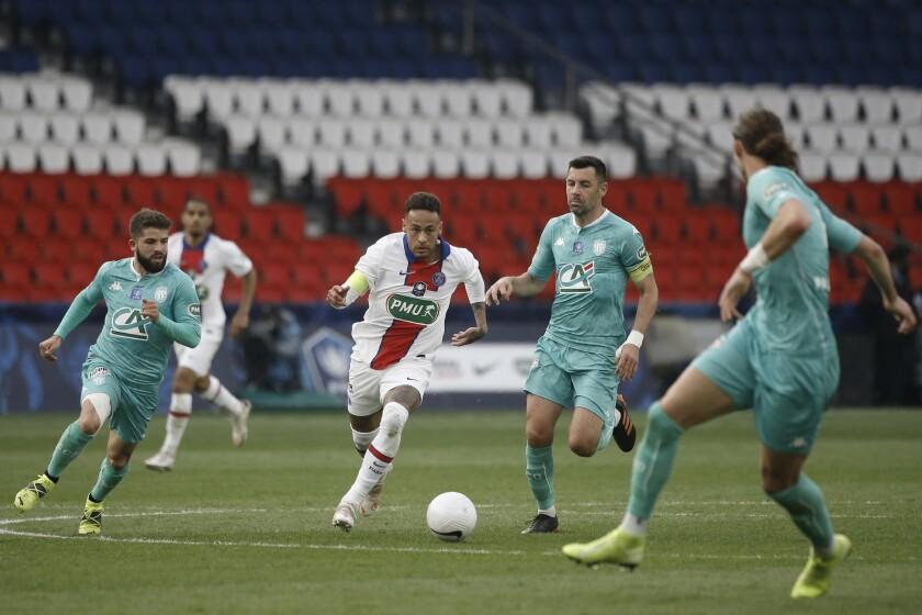 Tres jugadores del club Angers tratan de cerrarle el paso al delantero brasileño Neymar