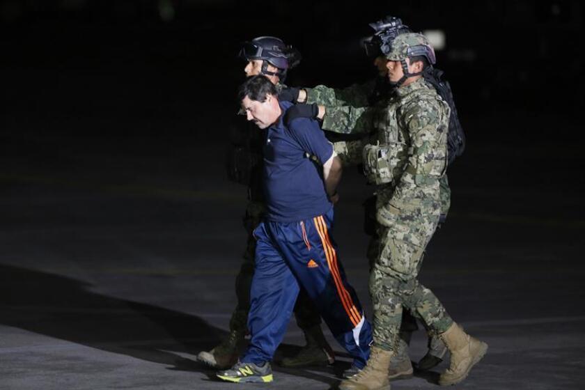 """El narcotraficante Joaquín """"El Chapo"""" Guzmán es conducido a un helicòptero de la Marina Armada de México. EFE/Archivo"""
