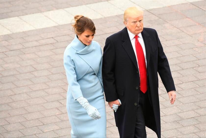 El presidente de los Estados Unidos, Donald Trump (d), y a la primera dama, Melania Trump (i), caminan tras acompañar al expresidente de los Estados Unidos Barack Obama y a su esposa Michelle Obama hasta el helicóptero presidencial, el Marine One, después de la ceremonia de investidura de Donald J. Trump como 45º presidente de los Estados Unidos en Washington DC (Estados Unidos) hoy, 20 de enero de 2017. EFE/POOL