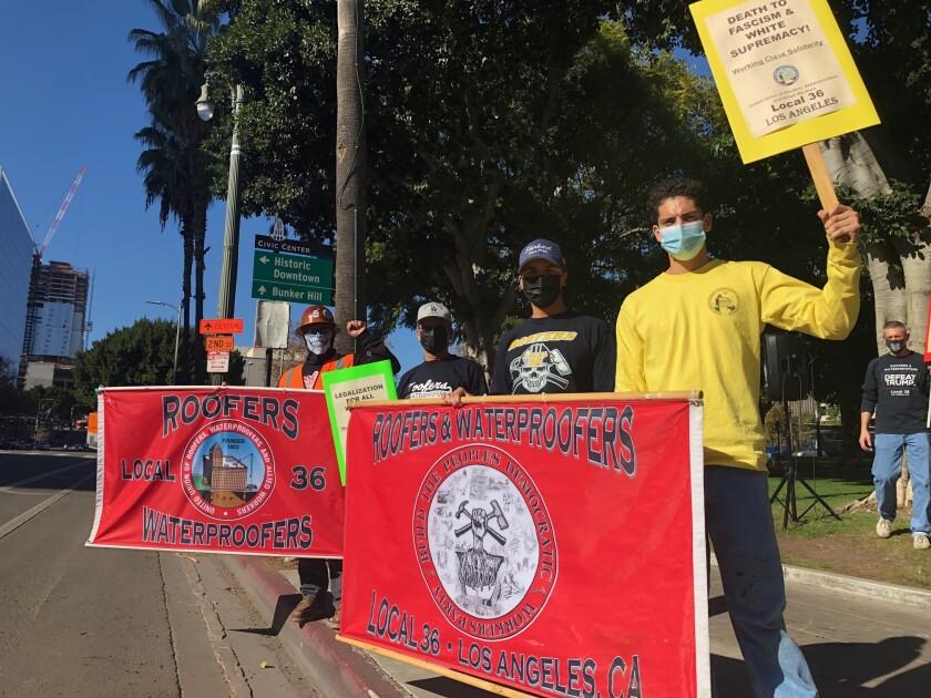 Miembros de organizaciones sindicales acudieron al centro de Los Ángeles a darle la bienvenida a Joe Biden.