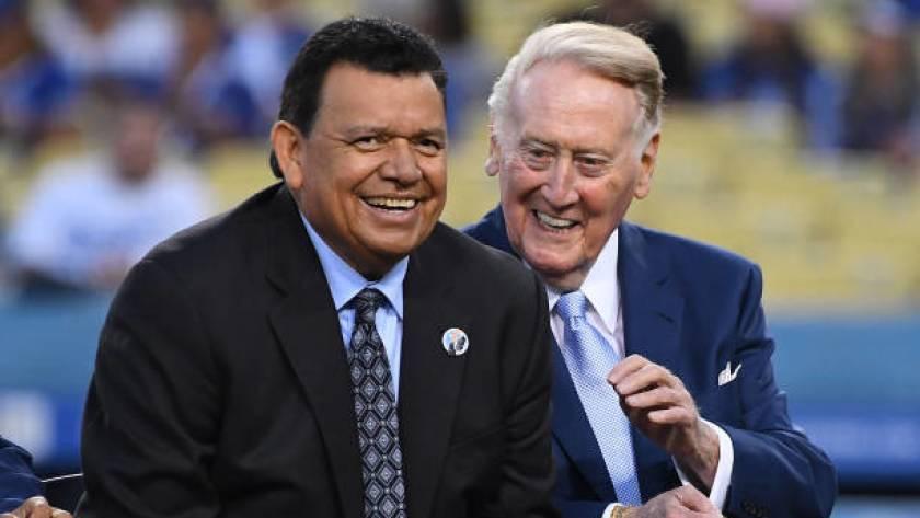 La leyenda de los Dodgers Fernando Valenzuela, a la izquierda, bromea con el retirado locutor del equipo, Vin Scully, durante una ceremonia previa al partido en el Dodger Stadium en septiembre.