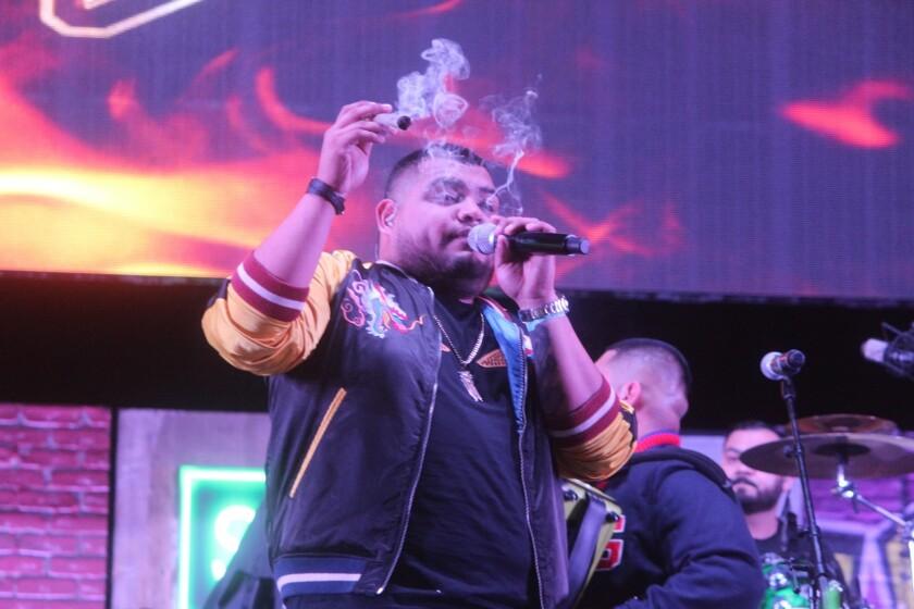 El vocalista del grupo Legado 7 fuma un cigarro de marihuana durante el set ofrecido en el festival Smoke Me Out y Los Reyes del Corrido.