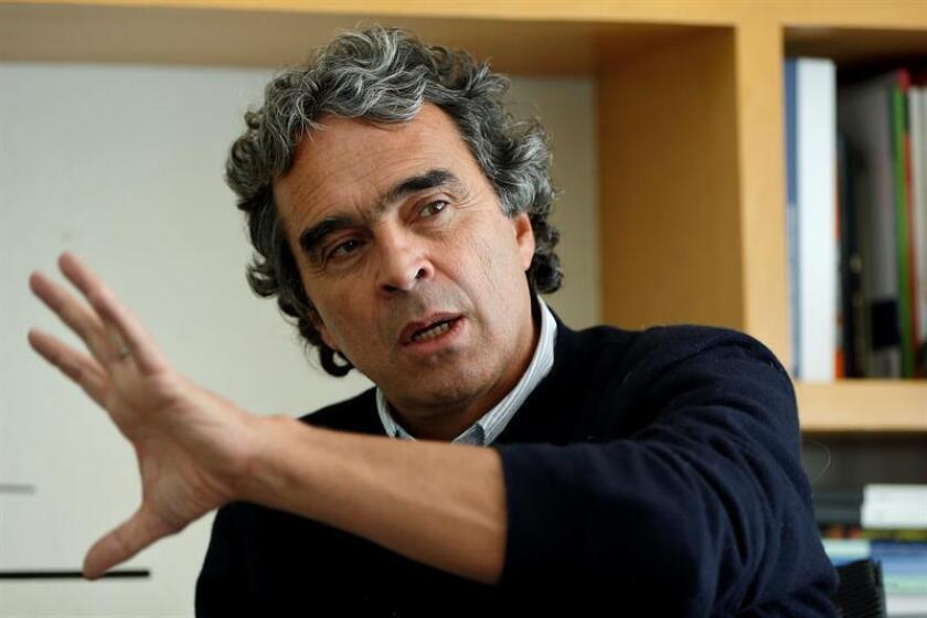 El candidato a la presidencia de Colombia por la Coalición Colombia, Sergio Fajardo, habla hoy, martes 13 de febrero de 2018, durante una entrevista con Efe en Ciudad de México (México). EFE