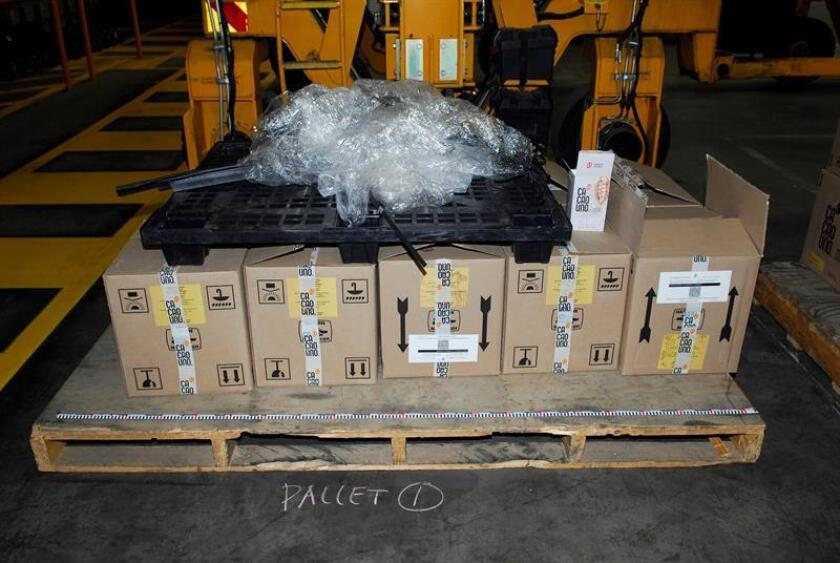 Fotografía cedida por la Policía Federal Australiana del alijo de 300 kilogramos de cocaína decomisado por las autoridades australianas que estaba camuflado en un cargamento de cacao en polvo y café, presuntamente procedente de México, y detuvo a dos ciudadanos de ese país. EFE