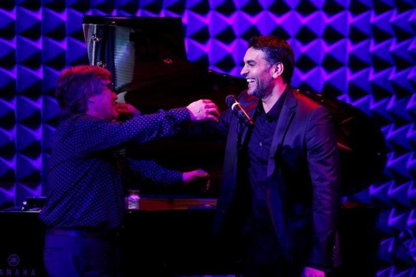 Chano Domingues (i) saluda al cantante Ismael Fernández en una presentación en el marco del Flamenco Festival este viernes, en el Teatro Publico Joe's Pub en Nueva York (EE.UU.). EFE