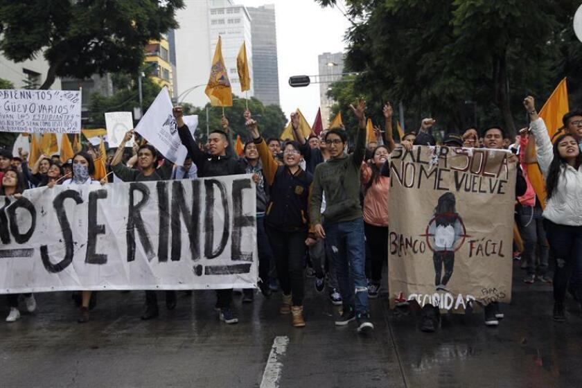 Estudiantes de la Universidad Nacional Autónoma de México (UNAM) participan en una marcha silenciosa hoy, jueves 13 de septiembre de 2018, en Ciudad de México (México), para recordar la protesta de hace 50 años que realizaron estudiantes en 1968, además de exigir la salida de los llamados 'porros', grupos de choque que reprimen protestas estudiantiles. EFE