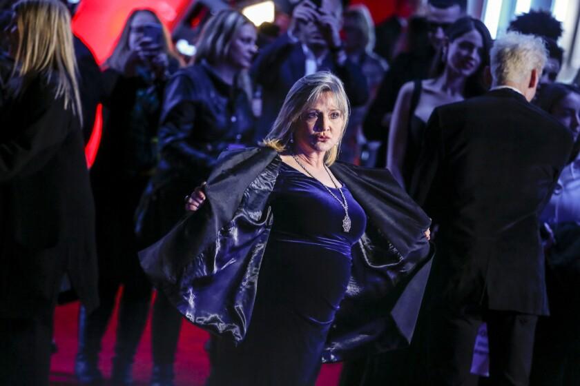 2015年12月14日,凯丽▪费雪在《星球大战:原力觉醒》好莱坞首映礼的红毯上。