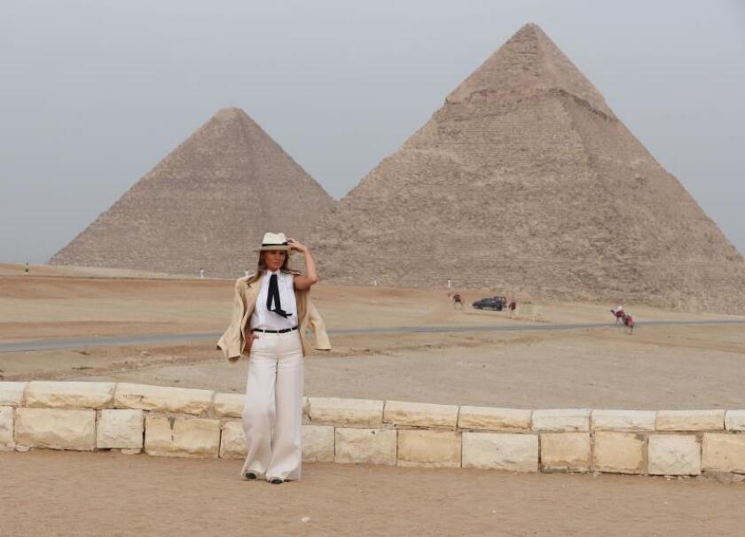 La primera dama de Estados Unidos, Melania Trump, paseó hoy entre las famosas pirámides de Guiza y posó frente a la Gran Esfinge en su visita de tan solo unas horas a El Cairo. EFE
