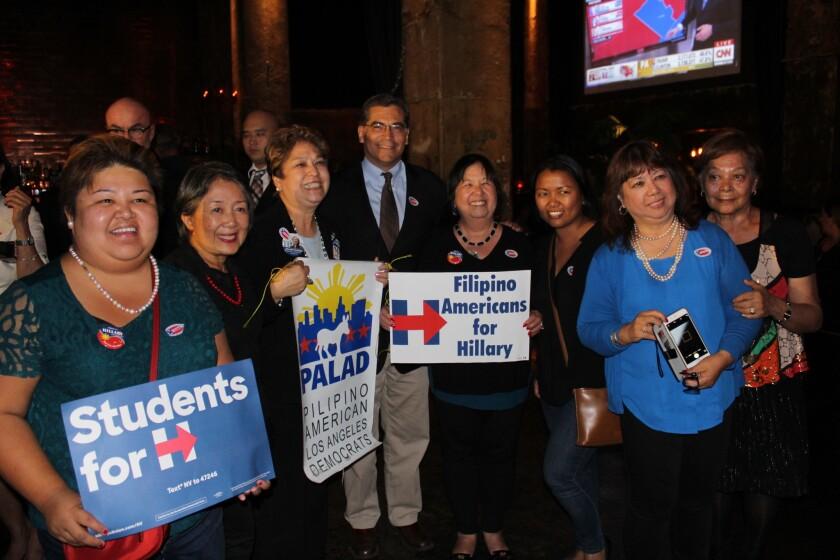 El congresista Xavier Becerra comparte con un grupo de simpatizantes demócratas de origen filipino.
