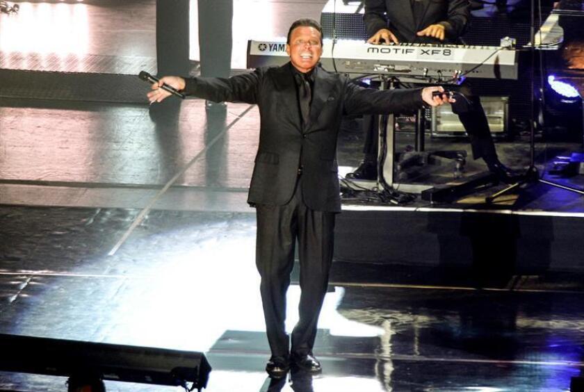 El cantante Luis Miguel durante su concierto en el Auditorio Nacional de Ciudad de México. EFE/Archivo