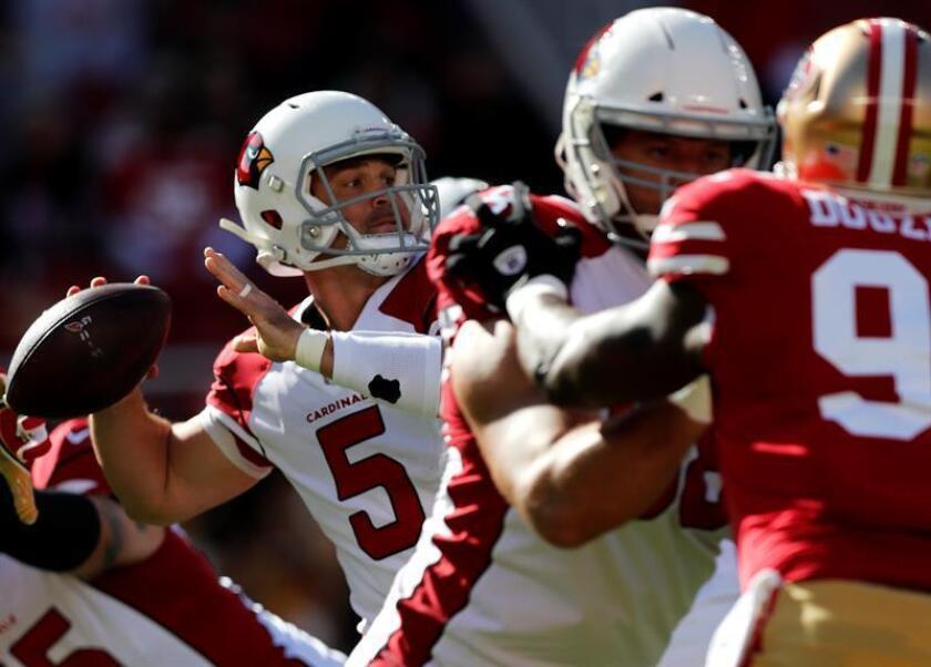 En la imagen un registro de Drew Stanton (i), mariscal de campo de los Cardinals de Arizona, quien sufrió un lesión en su rodilla durante el partido del pasado jueves contra los Seahawks de Seattle. EFE/Archivo