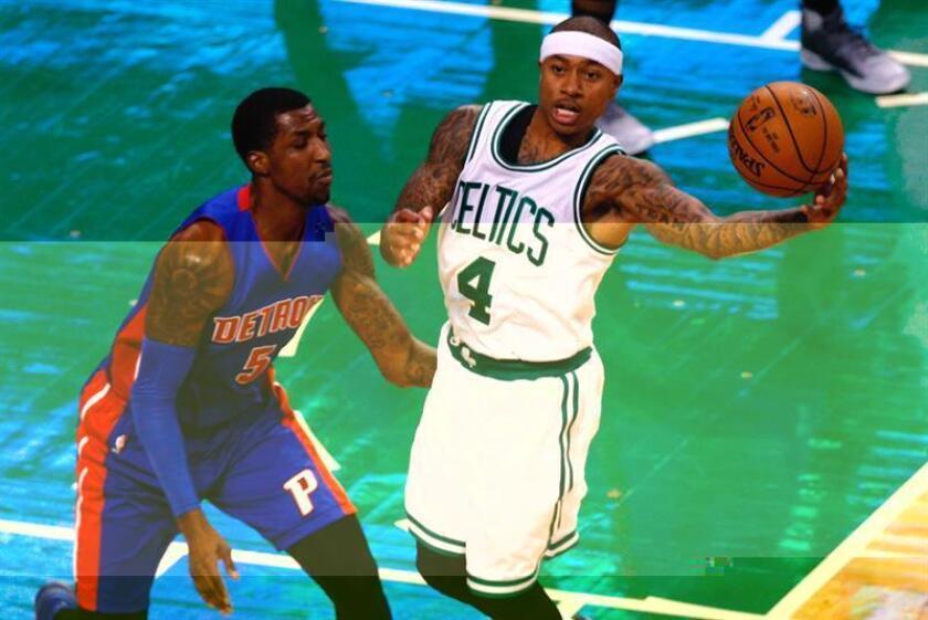 Isaiah Thomas (d) de Celtics ante Kentavious Caldwell-Pope (i) de Pistons durante un juego de la NBA en el TD Garden de Boston, Massachusetts. EFE