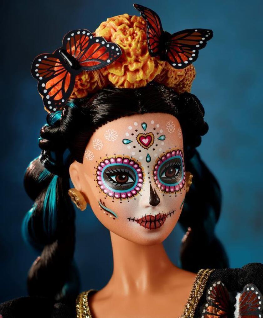 Fotografía cedida por la empresa Mattel, que muestra la versión de la Barbie Día de Muertos, en conmemoración del día de muertos, como parte de la cultura mexicana. EFE/Paul Jordan/MATTEL/SOLO USO EDITORIAL