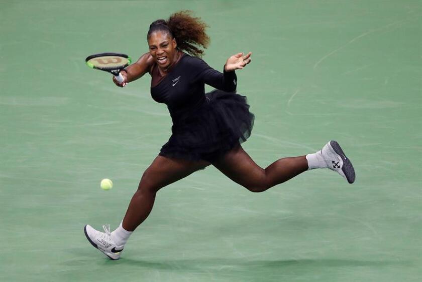 La tenista estadounidense Serena Williams fue registrada este lunes al devolverle una bola a la polaca Magda Linette, durante un partido de la primera ronda del Abierto de tenis de Estados Unidos, en el USTA Billie Jean King National Tennis Center, en Flushing Meadows (Nueva York (EE.UU.). EFE