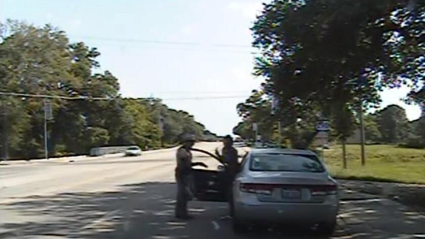 El 10 de julio, Bland, de 28 años, cambió de carril con su vehículo sin señalizarlo con las luces intermitentes, infracción por la que fue sometida a un control rutinario de tráfico en la población de Prairie View (Texas).