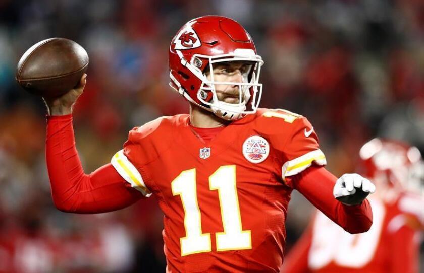El mariscal de campo de Kansas City Chiefs Alex Smith lanza el balón para anotar contra Oakland Raiders durante un juego de la NFL en el estadio Arrowhead en Kansas City (EE.UU.). EFE/Archivo